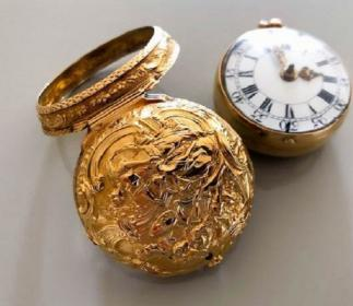 Repousse pair case gold-1770.jpg
